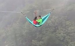 Cặp đôi ngồi võng treo trên vách núi khiến cư dân mạng hết hồn: đúng là 'đâu ai muốn làm người bình thường khi yêu'