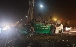 Xe chở rác lật, rác chắn ngang cầu Nhật Tân