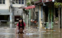 24h qua ảnh: Người cha cõng con gái lội trong nước lũ