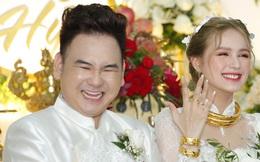 Clip: Vợ chồng streamer giàu nhất Việt Nam cười tít mắt lúc trao vàng cưới