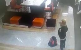 Camera ghi lại quá trình nghi phạm tẩm xăng doạ đốt cướp tiền ngân hàng TPBank ở Sài Gòn
