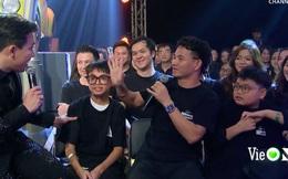 Xuân Bắc liến thoắng khi được Trấn Thành hỏi, ai dè 2 quý tử giật spotlight chỉ với 2 câu trên sóng trực tiếp chung kết Rap Việt