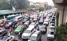 """[Video] Người Hà Nội chật vật, """"chôn chân"""" giữa đường trong ngày thứ 2 đầu tuần"""