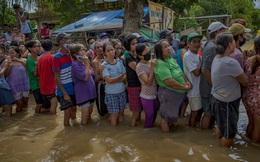 24h qua ảnh: Dân Philippines xếp hàng nhận cứu trợ trong nước lũ