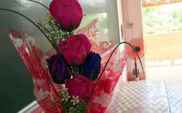 """Nhận bó hoa """"xa xỉ"""", cô giáo trẻ bất ngờ vì đó là quà của học sinh """"chỉ có một chiếc quần xanh đi học"""""""
