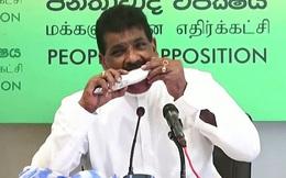 Chính khách Sri Lanka cắn cá sống để chứng minh không lây lan COVID-19