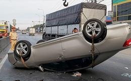 Xe con lật ngửa trên QL1A, nhiều người may mắn thoát nạn