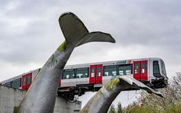 Đoàn tàu thoát nạn trong gang tấc nhờ bức tượng 20 năm tuổi, nhìn tên công trình mới thấy rợn người