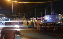"""Ô tô """"điên"""" tông nhiều xe máy giữa giao lộ đường phố Sài Gòn"""