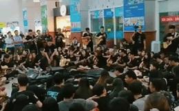 Chờ tạnh mưa, cả trăm sinh viên đứng ở sảnh trường cùng chơi đàn, hòa giọng nghe sướng hết lỗ tai