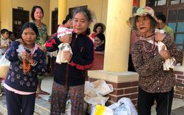 Đồng bào vùng lũ rơi nước mắt khi dân quân băng rừng cõng gạo vào cứu đói