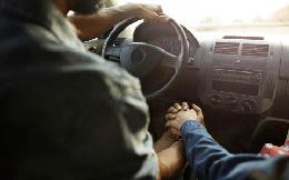 """Quan hệ với bạn trai trên ô tô ngay lần đầu gặp mặt, cô gái trẻ bị dùng """"clip nóng"""" tống tiền"""