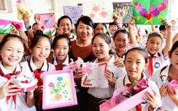 Học sinh các nước tặng quà gì cho thầy cô trong ngày Nhà giáo: Nga chỉ tặng hoa trắng, xem đến Hàn Quốc giật mình vì quá khác biệt