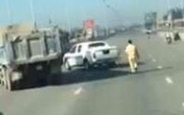 Tài xế xe ben ngoan cố, húc xe CSGT rồi tháo chạy như phim hành động khi bị yêu cầu dừng xe
