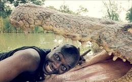 """Đưa đầu vào miệng cá sấu cười toe toét, anh chàng khiến người xem bủn rủn tay chân và loạt ảnh selfie """"thách thức Tử thần"""" không phải ai cũng dám thử"""