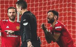 """Rio Ferdinand sỉ vả trọng tài vì """"bẻ còi"""" có lợi cho MU"""