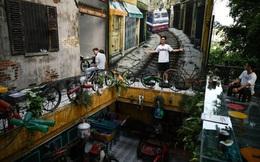 24h qua ảnh: Khách chụp ảnh trong quán cà phê đồ tái chế ở Hà Nội