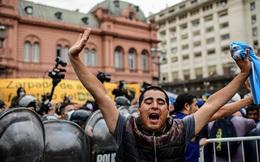 Argentina tổ chức quốc tang Maradona: Dòng người đến viếng kéo dài bất tận, bạo động đã xảy ra