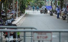 Rào chắn tứ phía cả khu phố Hà Nội vì phát hiện bom chưa nổ