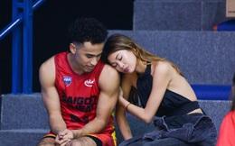 """Ngôi sao Christian Juzang của Saigon Heat thân mật bên fan nữ xinh đẹp: Cứ ngỡ """"độc toàn thân"""", lẽ nào """"hoa đã có chậu""""?"""