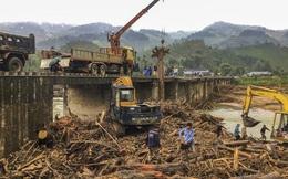Gỗ khai thác trái phép trôi vây kín chân cầu sau bão số 9