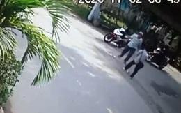 [Clip] Người bán vé số bị người đàn ông đánh vào ngực, ngã khuỵu xuống vỉa hè ở Sài Gòn vì mời mua 2 lần?