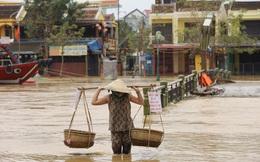 Nước lũ bủa vây nhiều tuyến đường ở phố cổ Hội An