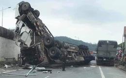 Tránh ổ gà, xe container rơi từ cầu vượt xuống đường