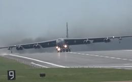 """Video: Khoảnh khắc """"pháo đài bay"""" B-52 chao nghiêng vì gió mạnh"""