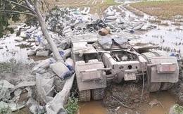 Xe đầu kéo lao xuống ruộng, hàng chục tấn xi măng đè bẹp cabin khiến tài xế tử vong