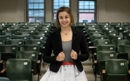 Cô gái gây sốt khi mặc chiếc váy tạo từ 17 lá thư từ chối