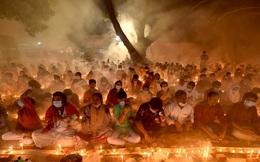 24h qua ảnh: Tín đồ đạo Hindu đốt hương cầu nguyện ban đêm