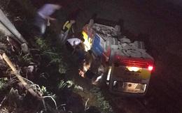 Bất ngờ đâm trúng trâu trên quốc lộ, xe buýt lật ngửa xuống ruộng, nhiều hành khách hoảng loạn