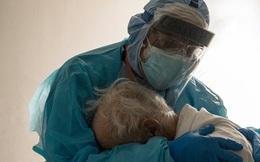 Cụ ông nhiễm Covid-19 gục khóc trong tay bác sĩ - bức ảnh lột tả đủ nỗi đau của người Mỹ giữa đại dịch thế kỷ