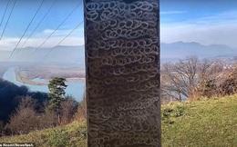 Cột kim loại bí ẩn bốc hơi khỏi sa mạc Mỹ, xuất hiện gần pháo đài Romania
