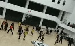 Trọng tài Trung Quốc chạy vắt chân lên cổ vì bị cầu thủ đuổi đánh