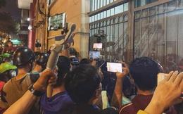 Đám đông hiếu kỳ gây hỗn loạn trước nơi đặt thi hài cố nghệ sĩ Chí Tài