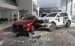 Xe Ford mất lái tông trúng người đàn ông rồi lao vào showroom ô tô ở Việt Trì