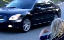 Lái xe trên đường, cặp đôi nhìn thấy bé gái đứng bên lề và hoảng hốt hơn khi nhìn theo chỉ tay của đứa trẻ về phía mương sâu
