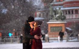 24h qua ảnh: Cặp đôi hôn nhau dưới mưa tuyết trên quảng trường Đỏ