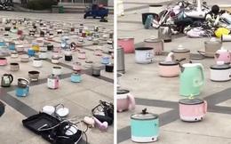 Cảnh tượng sân ký túc xá đại học la liệt nồi cơm, bếp điện, ấm siêu tốc… khiến dân mạng vừa buồn cười vừa thương