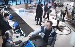 Mẹ hốt hoảng bế con bất động chạy xuống sảnh khách sạn, nguyên nhân phía sau ai cũng xót xa