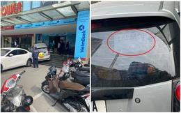 Ô tô lao lên sảnh tòa nhà ở Hà Nội, tờ giấy dán phía sau xe khiến người ta ngán ngẩm