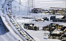 """Kinh hoàng tắc đường 15km ở Nhật Bản khiến hơn 1.000 ô tô """"chôn chân"""" trong tuyết"""