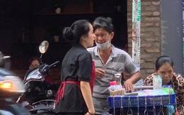 Nữ nhân viên chạy về phía cặp đôi bán hàng rong, hành động sau đó khiến khách trong quán theo dõi chăm chú