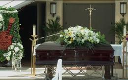 Tang lễ của nghệ sĩ Chí Tài tại Mỹ: Xúc động với vòng hoa đặc biệt đặt cạnh linh cữu