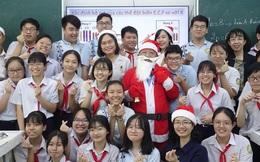 """Thầy giáo """"nhà người ta"""": Hóa trang thành ông già Noel, phát quà là iPhone 12 """"không hề giả trân"""""""