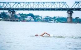 """Choáng với cảnh """"tắm tiên"""" ở sông Hồng dưới cái lạnh """"thấu xương"""""""