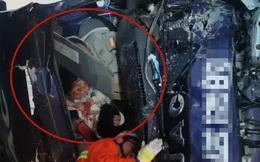 Tai nạn giao thông thảm khốc xảy ra, vợ chảy máu chịu đau ôm chồng suốt 20 phút đợi giải cứu, hình ảnh được chia sẻ khiến ai cũng cảm động