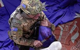 Ảnh binh sĩ Úc kề dao vào cổ em bé là thật hay giả: TQ giải thích khó hiểu?